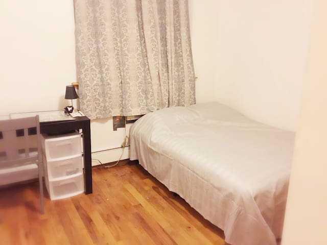 Clean cozy room in Brooklyn :-) - Brooklyn  - House