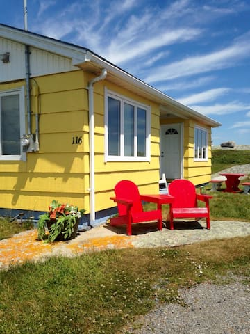 Quaint Peggy's Cove Oceanfront Cottage - Peggys Cove - Srub