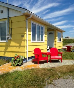 Quaint Peggy's Cove Oceanfront Cottage - Srub