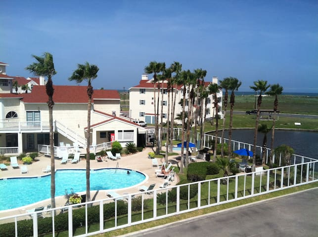 Family Friendly 2/2 on the Island, Walk to Beach! - Corpus Christi - Apartment