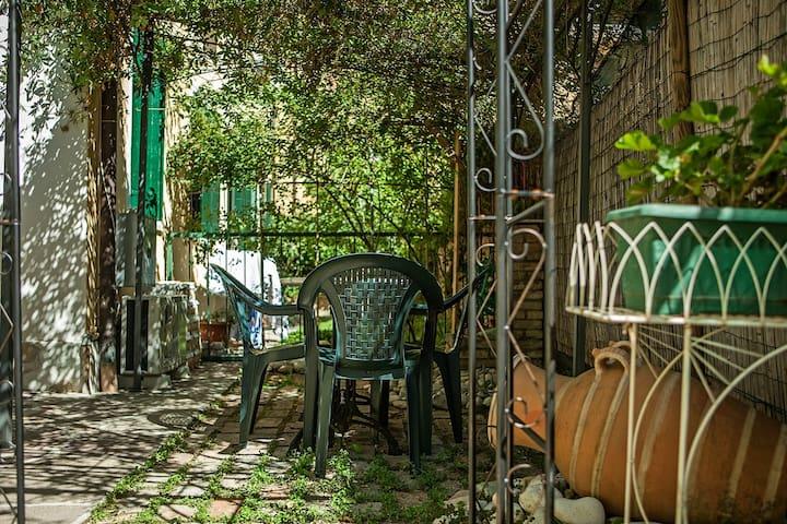 Il giardino privato di Venice Little Home.