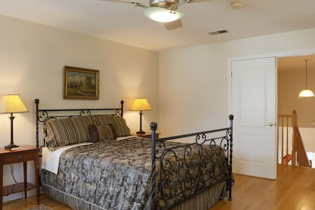 Grand Upstairs Suite + Private Bath + Breakfast - Pasadena - Haus