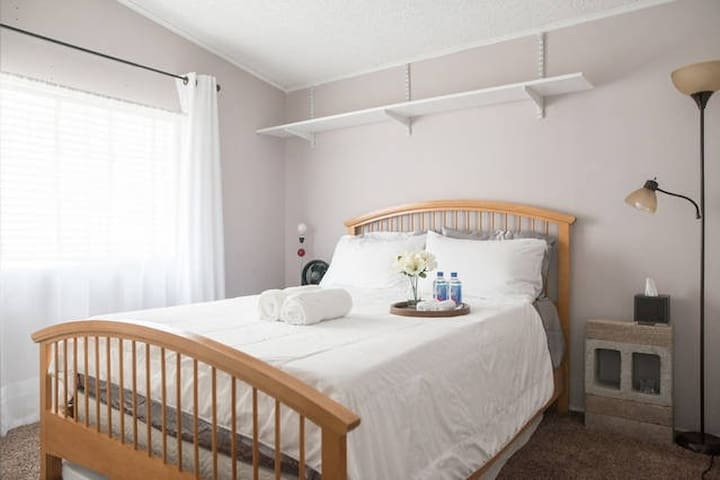 COOL CLEAN QUEEN BED- 7 mi to STRIP