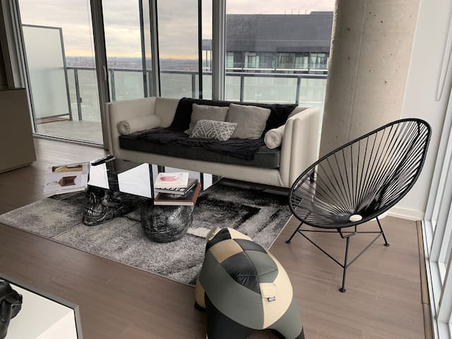 High Floor Corner Unit w/ CN Tower views