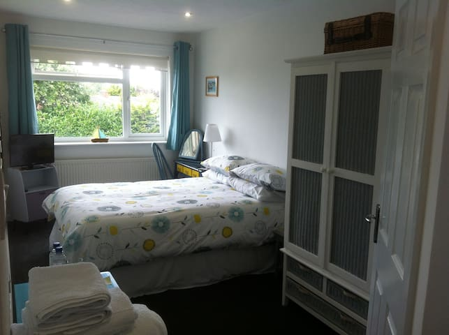 Light & airy double room, ensuite with parking