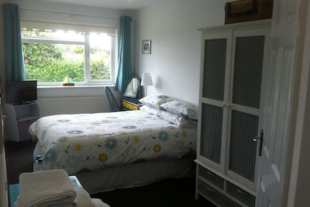 Light & spacious double room ensuite & parking - Cowes - House
