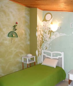 Chambre lits jumeaux dans la campagne du Luberon - Caseneuve