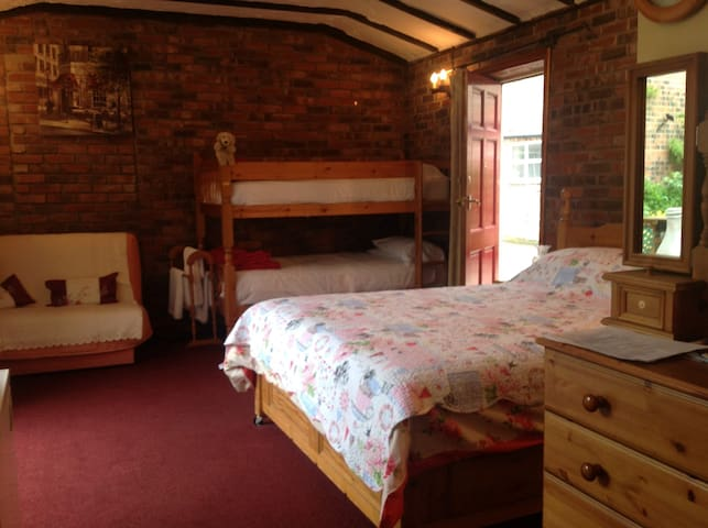 Large groundfloor room sleeps five - Stockton on the Forest - Wohnung