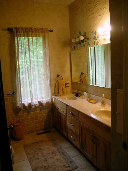 Llama Loft Bathroom, bathtub/shower, toilet, 2 sinks