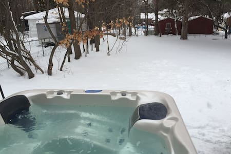 3bdr Cottage with hot tub and sauna ! - Innisfil - Bungalov