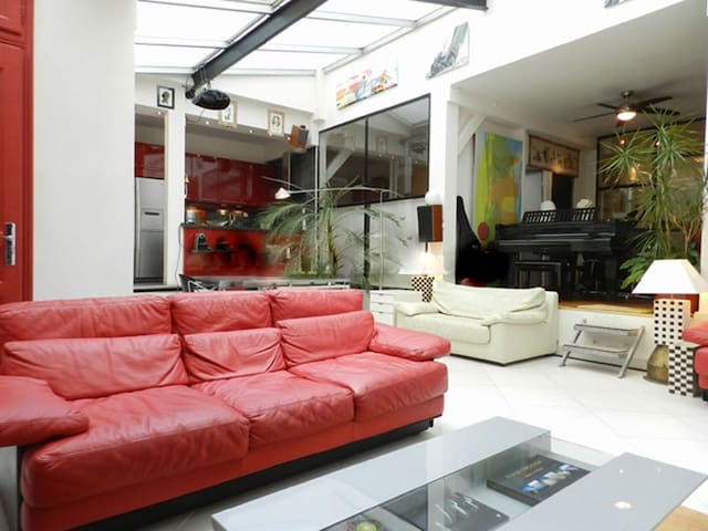 Living   The 46 square meters living room is equipped with : dining table for 6 people, a bar with 2 bar stools, sofa, coffee table, TV, DVD, stereo, desk, armchair, 2 armchairs, decorative fireplace, home cinema, tiled floor.