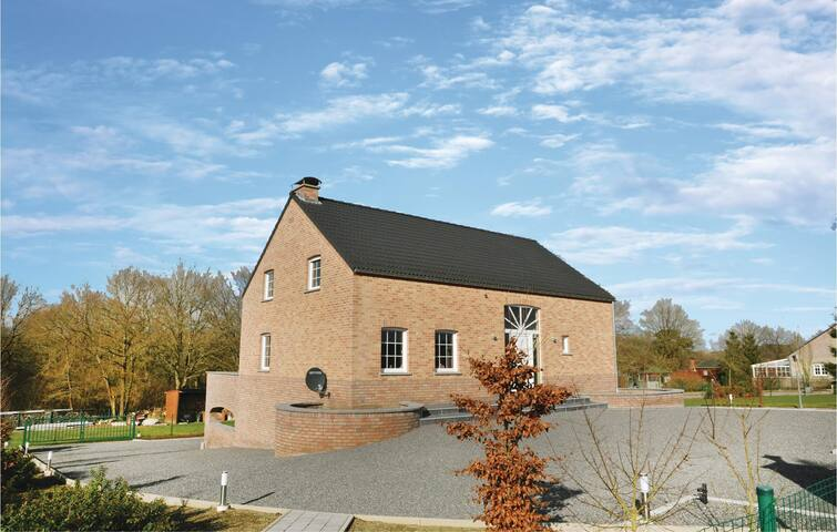 Holiday cottage with 5 bedrooms on 150 m² in Somme Leuze