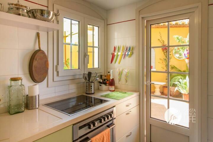 Küche mit Ausgang auf die große Terrasse