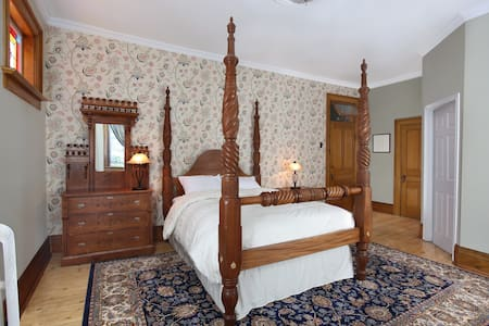 Markdale Manor Century Retreat 1 - Markdale - Bed & Breakfast