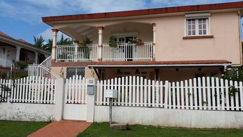 F 4  en RDC  de la villa, tout confort, spacieux - La Trinité - Dom