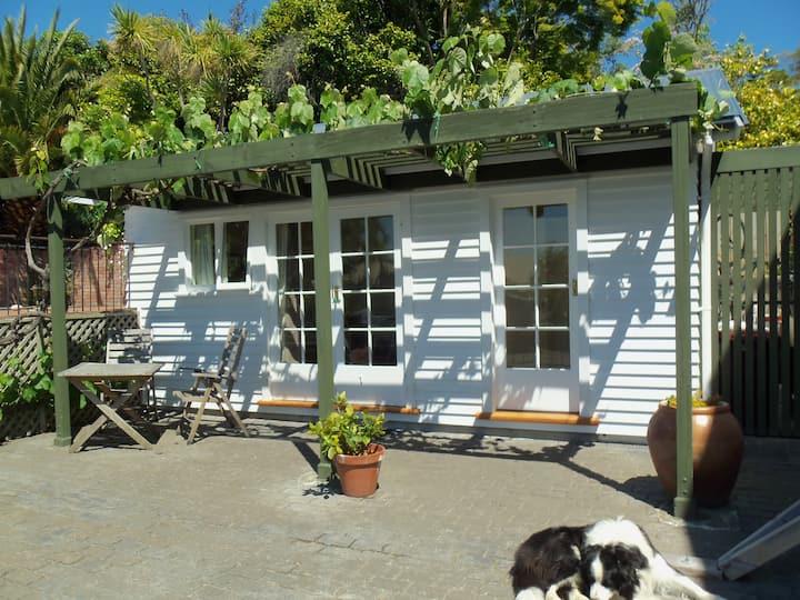 Pool House - Peaceful Sun Trap