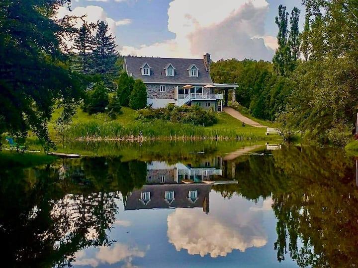 Grande maison, vue sur les lacs, près du fleuve