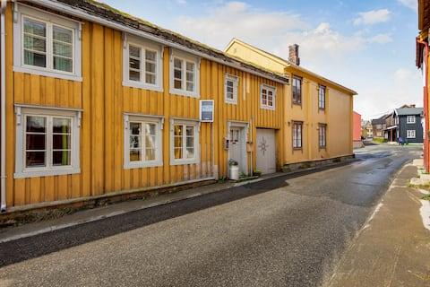Sjarmerende bygård fra 1701 midt i Røros sentrum