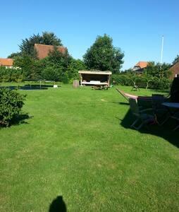 Charmerende shelter i haven - Rødekro