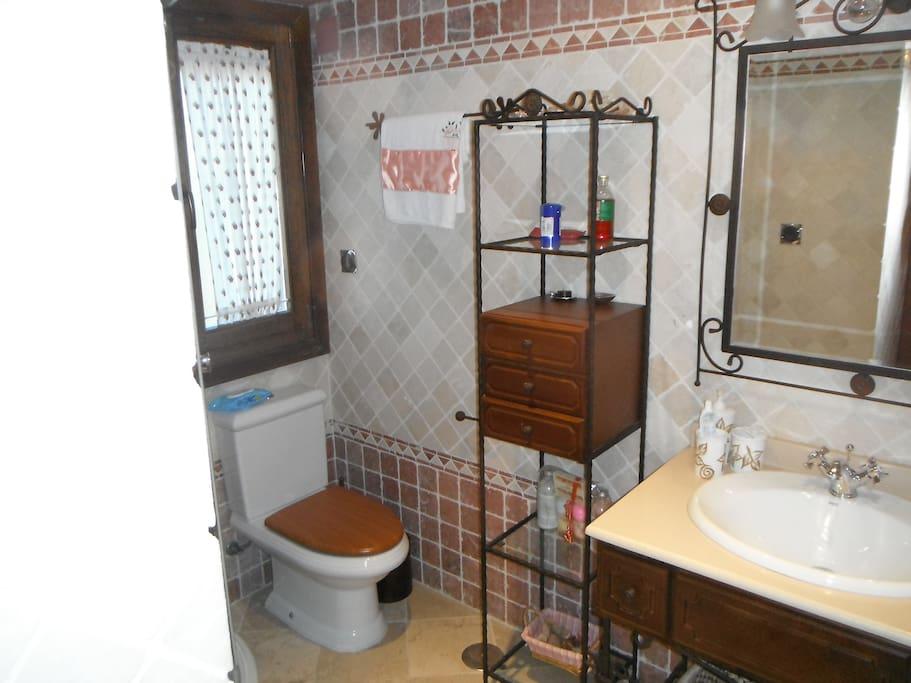 Baño completo, con ducha, con acceso exclusivo desde la habitación