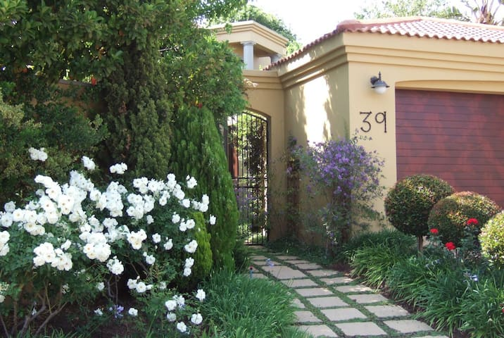 A Delightful Haven - Home from Home - Sandton - Haus