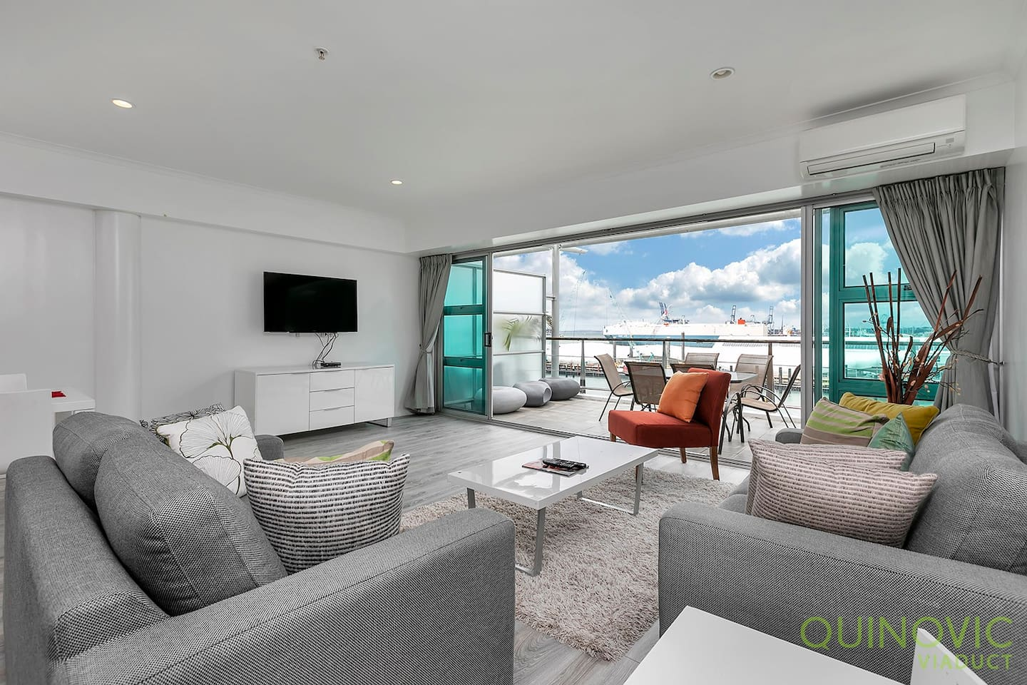 Waterfront Apartment with open planing living. Smart TV and Wifi included.