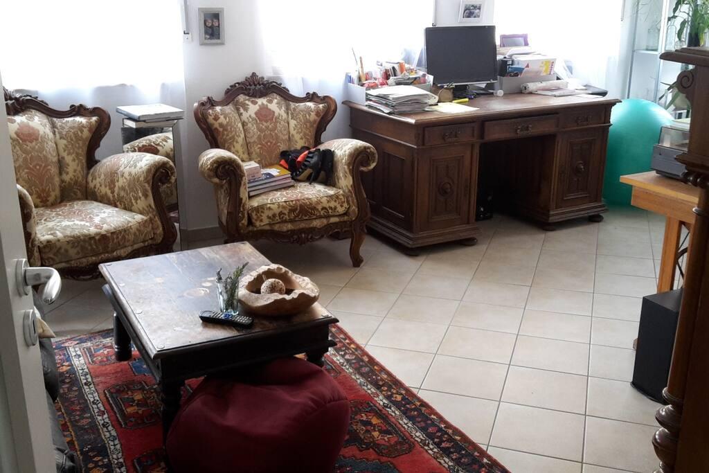 Wohnzimmer mit ausreichend Platz für Luftmatratze