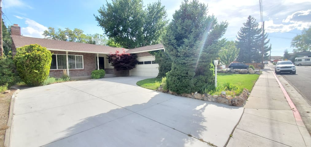Peaceful Brick House 8 mins to Airport & downtown