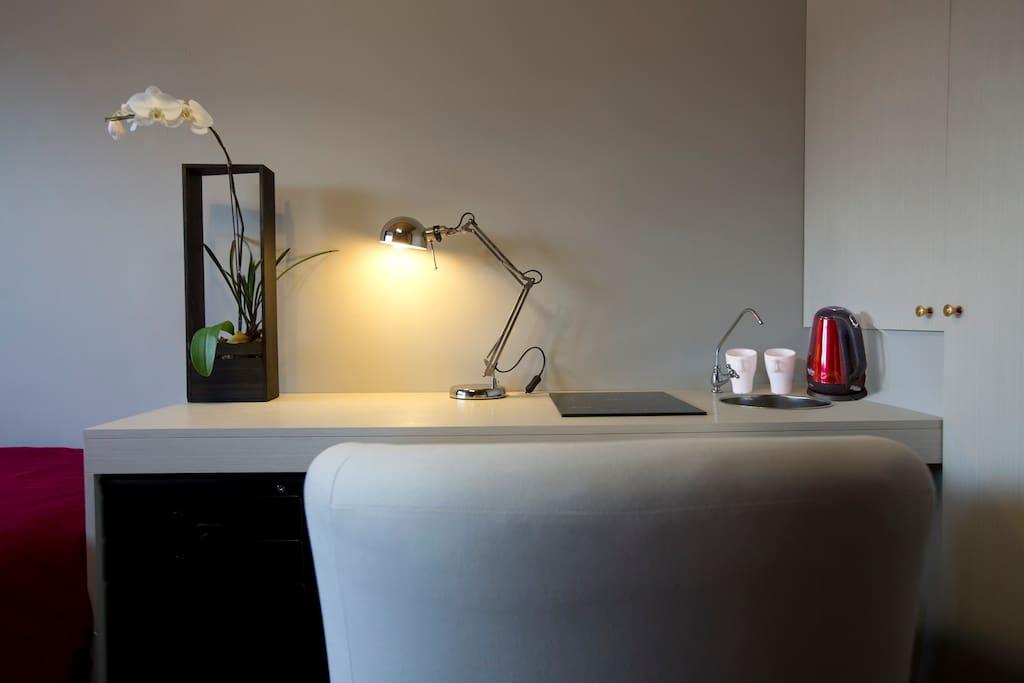 induction heat range, bright working environment 备有电陶炉和,烧水壶。办公桌。