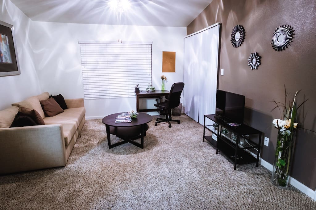Kick back in the relaxing living room with  office space, if the boss calls, equipped with streaming TV. Netflix account for those who do not have there own, Welcome!