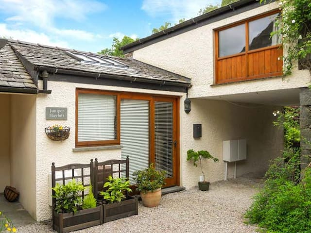JUNIPER HAYLOFT, pet friendly, with a garden in Grasmere, Ref 905436