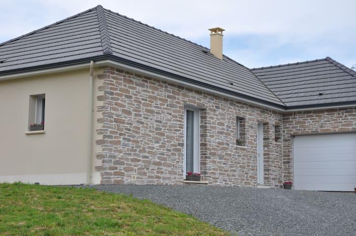 Gîte Emiflo - Saint-Pardoux-Corbier - 一軒家