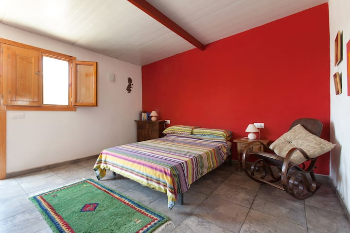 The Red Room at Manna House Finca - Tortosa - Bed & Breakfast