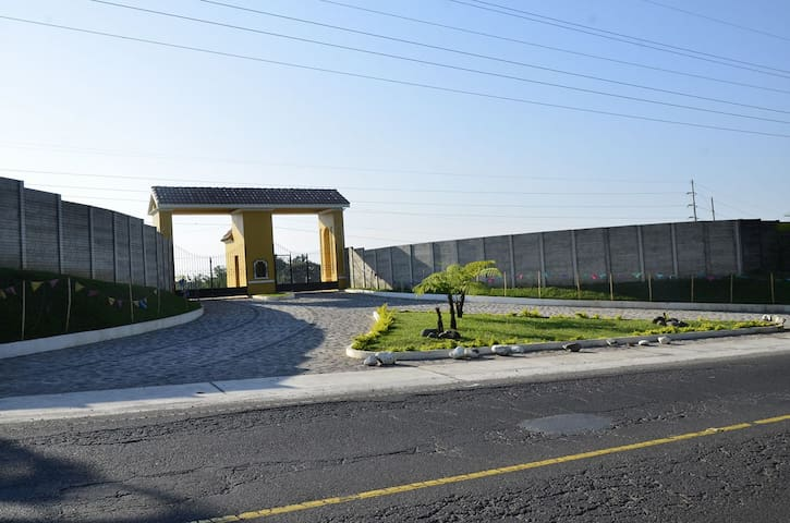 Nuevo Ingreso de Residenciales la Perla km. 184 carretera a Quetzaltenango