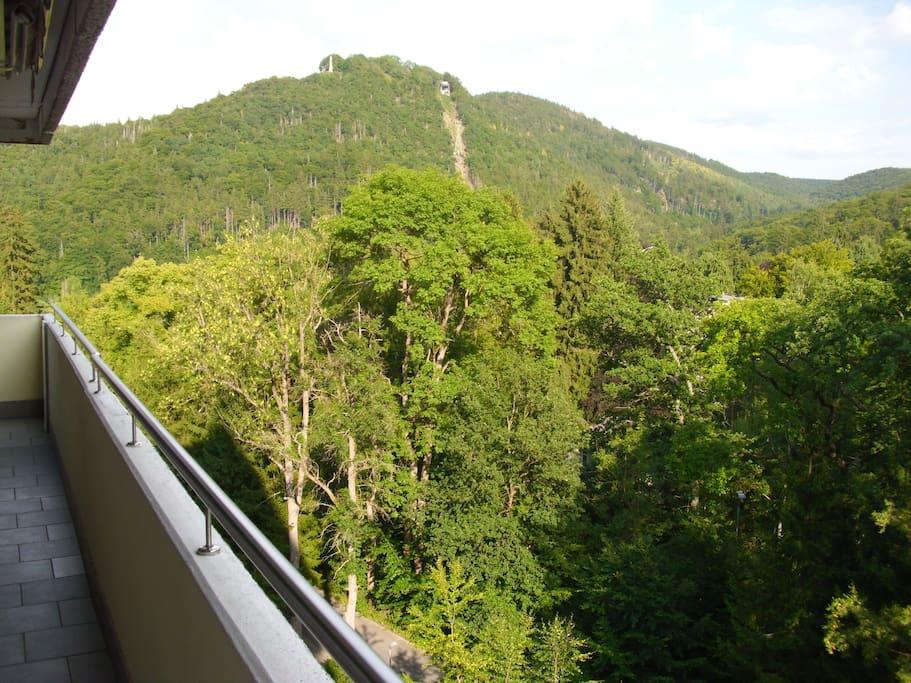 Der Blick vom Balkon auf den Burgberg