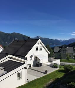 Fjord and mountain view in Stranda - Stranda - Apartament