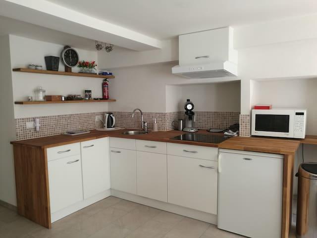 keuken met vaatwasser en koelkast