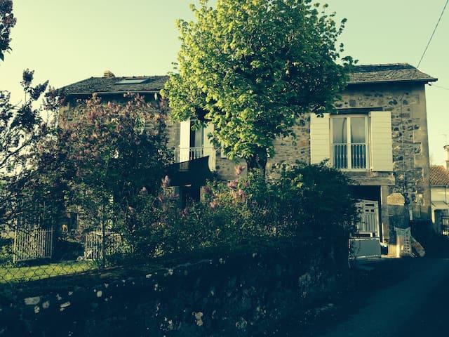Maison en pierre avec petit jardin - Crandelles - Casa