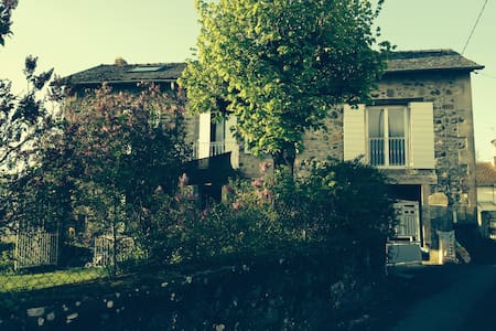 Maison en pierre avec petit jardin - Crandelles