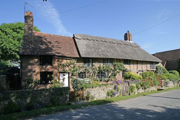 Pond Cottage. 16c thatched house - Wilmington - Casa
