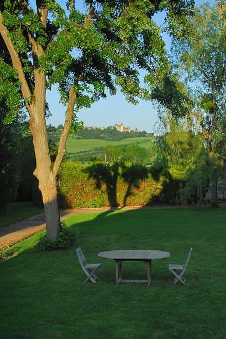 Depuis la terrasse vue magnifique sur Châteauneuf-en-Auxois