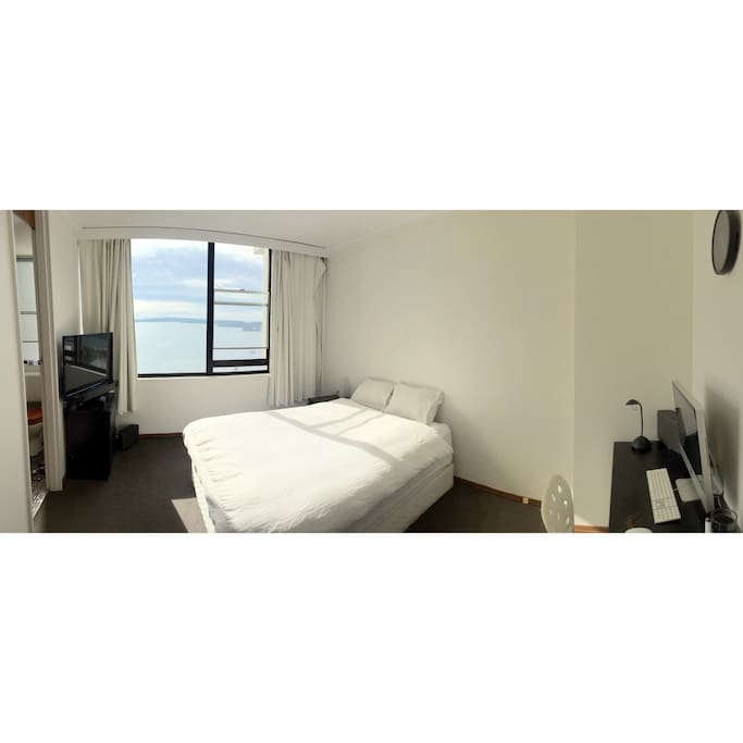 Queen size bed with Sydney Harbour backdrop!
