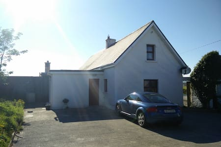 2km walk from Banna Beach - Ardfert - บ้าน