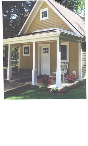 Custom Built Rose Bud Cottage - Bemus Point