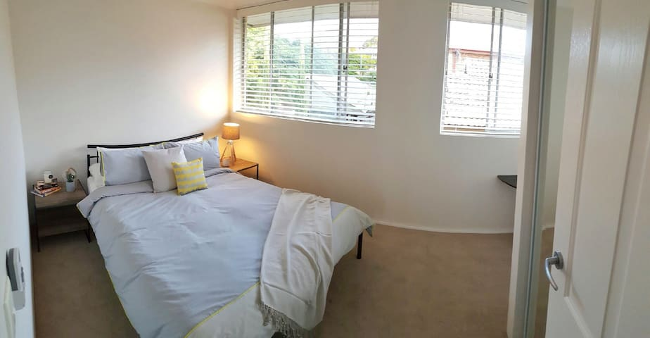 Bright & airy queen size (AIRPORT) - Wooloowin - Wohnung