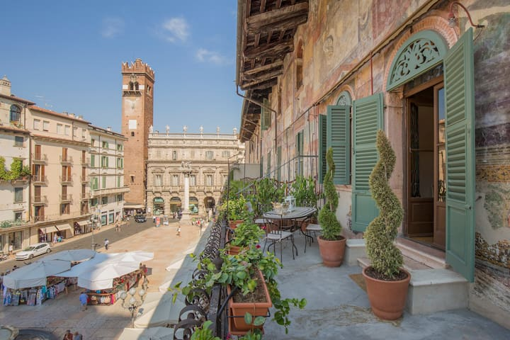 Luxury Suite w/Private Terrace Facing Piazza Erbe