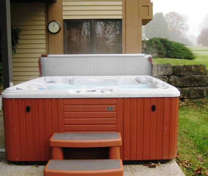 Minutes to Downtown, Wood Fireplace, Outdoor Hot Tub, Pool Table, PacMan&MORE