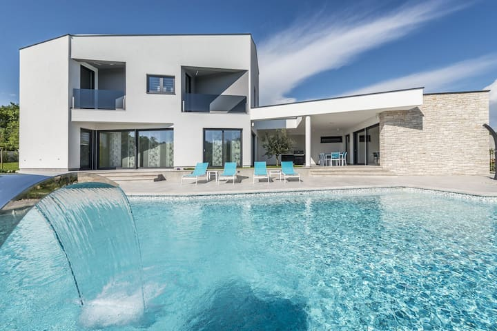 Modern and well maintained villa with private pool, whirlpool, sauna and open views