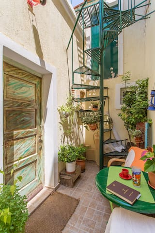 cute old style house near the sea - Lavrio