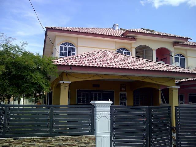 Dzumia Homestay - Gerik - Casa